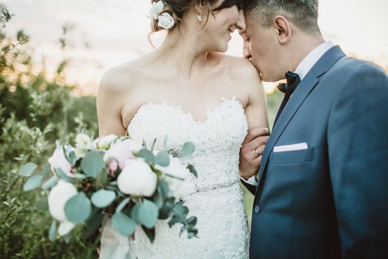 Rustykalne wesele w oranżerii. Kolory natury i proste formy - duet idealny