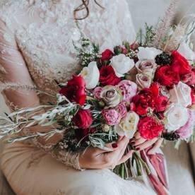 Bukiet ślubny a motyw przewodni wesela
