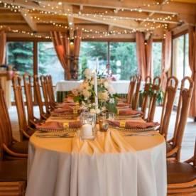 Kolor różowy na przyjęciu weselnym na dwa sposoby - inspiracje ślubne 2021