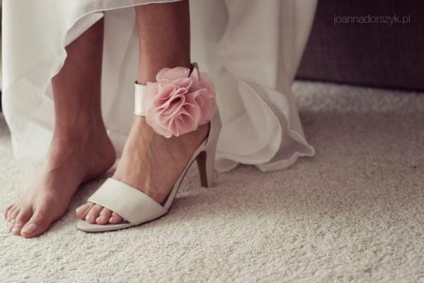 59a5aca7da558 Buty zawiązywane lub zapinane przy kostce. To typ butów, przy których  bardzo trzeba uważnie sprawdzić stabilność pięty i czy pasek czy tasiemka  wkoło stopy ...