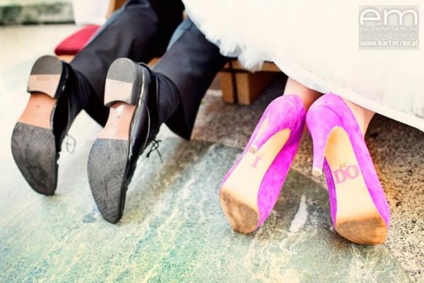 258533c7 Jeśli chcesz, by Twoja stylizacja ślubna nie była banalna, a interesująca -  postaw na kolorowe buty. Ta ślubna rewolucja modowa przyszła do nas jak  zwykle z ...
