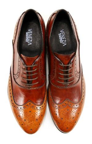"""9cc2b3dc0 W butach z otwartą przyszwą, czyli w """"derbach"""", boki naszywane są na  wierzch przedniej części buta tak, że płat skóry ciągnący się od czubka  przechodzi w ..."""