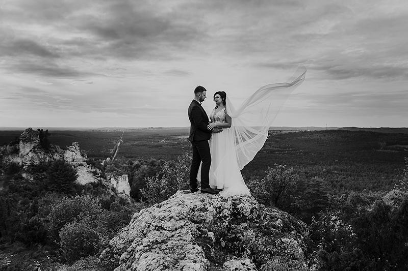 Sesja plenerowa w dniu ślubu czy w innym terminie? Plusy i minusy obu rozwiązań